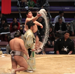 Juryou Rikishi throwing salt, Fukuoka Kokusai